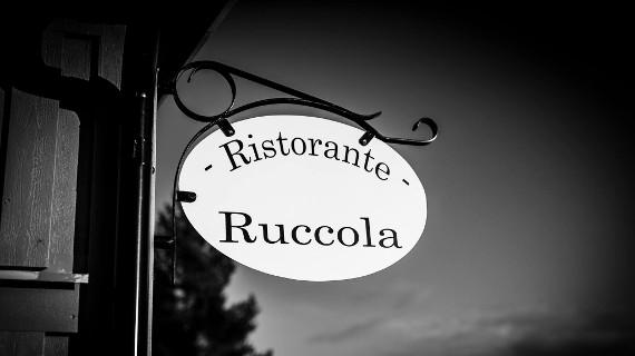 Skylten välkomnar in till Ruccola på hemtrevliga Tomtebo